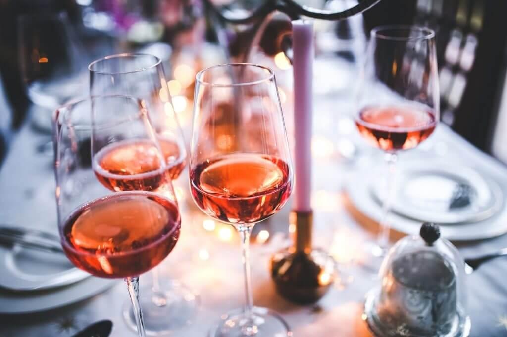 Weingläser auf dem Tisch