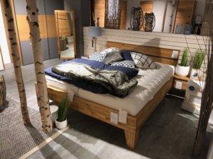 Holz-Schlafzimmer im Möbelhaus Kuboth