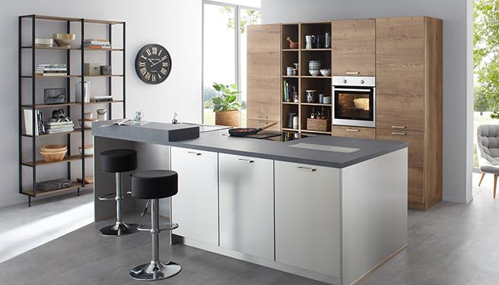 Kochinsel in grau in der Küchenneueröffnung